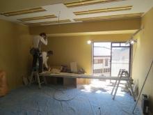 天井を吸音天井に仕上げています。 音の反響と吸音を調節します。