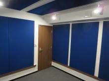 光の加減でパネルの青みにも変化があります。 吸音パネルや壁紙、床のタイルカーペットなどで、お好みの色を選び楽しんでいただければと思います。