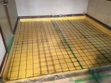 解体作業後に、浮き床コンクリート工事に入りました。断熱材を張り防湿シートの上にワイヤーメッシュを張っています。