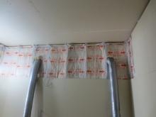 遮音補強をしています。 躯体の隙間を埋めて補強した後に防音室側の壁と天井を作っていきます。 吸排気ダクトは天井に梁型でダクトボックスをつくります。