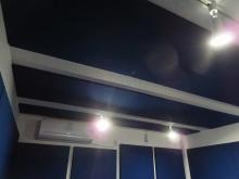天井と壁に吸音パネルを設置し、音を調節します。ドラム室なのでデットな空間に仕上げています。