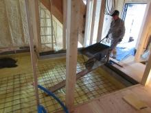 コンクリート打ちです。 下地は断熱材を張り、防湿シートとワイヤーメッシュを張っています。