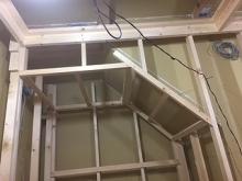 浮き床の上に下地を組み、防音室側の壁と天井を作っていきます。