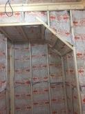 階段下のスペースも利用します。 断熱材を空気層に詰めています。