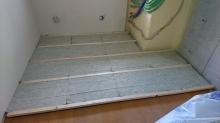 まずは浮き床を作ります。 ゴムで浮かせています。