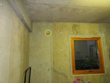 改修前のガレージです。開口は残し樹脂サッシのFIX窓を内側に設置します。