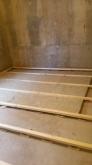浮き床ンの下地組みです。 ゴムで床を浮かせています。 空気層には断熱材を敷きこみます。
