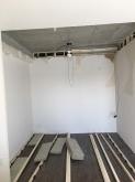 弊社の工事が始まりました。天井を解体して天井高を1センチでも高く確保します。 解体後、浮き床を作っています。