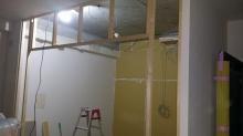 躯体の遮音補強と建具をつける壁を作っています。