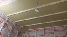 躯体の遮音補強後に防音室側の壁と天井を作っていきます。 空気層には断熱材を詰めています。残熱材を詰めたあと石膏ボードを張り重ねて壁と天井を仕上げていきます。