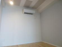 床材も明るい色味でクロスの白がお部屋を広く感じさせます。1面の淡いブルーが爽やかな印象です。隣接するリビングとはまた違う雰囲気のお部屋に仕上がりました。