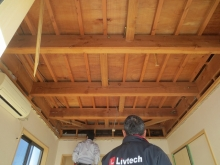 解体作業が始まりました。 弊社では壊せるものは壊し、天井高をできる限り確保します。