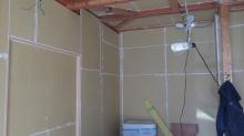 躯体の遮音補強をしています。 床下には束補強を行いました。壁と天井は石膏ボードで隙間をうめていきます。