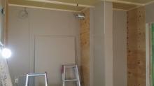 遮音壁が出来上がってきました。 楽譜棚上の天井に梁型で吸排気ダクトボックスを設けます。