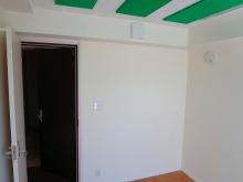 弊社では建具を2重で設置するのが標準施工です。 入り口防音ドアは廊下側と防音室側で色を変えて楽しむ方も多いです。 廊下側をほかのお部屋と合わせるのもいいですね。