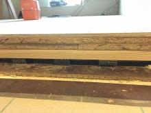 まずは床の遮音補強です。 弊社ではゴムで床を浮かる浮き床を施工します。