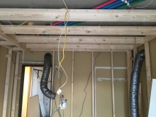 浮き床の上に下地を組み、お部屋の内側に一回り小さいお部屋を作っていきます。