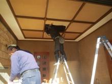 解体作業中です。床・壁・天井を壊します。