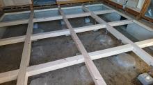 構造床の下地組みです。 床下には束補強をしています。