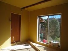 出入り口には木製防音ドアを2重で設置します。 新規に取り付けた掃き出し窓の内側には樹脂サッシを2重で取り付け、3重の仕上がりです。
