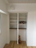 押し入れは可動式の楽譜棚と収納ワゴンが入る高さにカウンターを設けました。