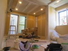 樹脂サッシの取り付けを行い、音テストです。 壁にはクロス前のパテ塗り完了です。