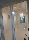 入り口には樹脂サッシで計画し、壁には鏡が入りました。 より奥行があり、明るいお部屋に演出されています。