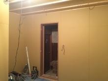 防音室側の壁と天井ができあがってきました。 躯体に触れないお部屋を作っています。