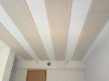 吸音天井が完成しました。 弊社オリジナルの吸音パネルを設置して音の反響を調節します。