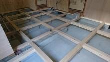構造床を造作しています。 床下には束補強を行いました。