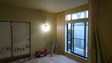 躯体の遮音補強をしています。掃き出し窓は生かして明るいお部屋に仕上げます。