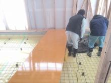 浮き床コンクリート打ちです。 下地は断熱材を張り、防湿シートとワイヤーメッシュを張っています。