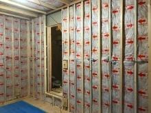 躯体に触れないよう下地を組み、防音室側の壁と天井を作っていきます。