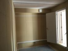 天井を吸音天井に仕上げています。 クロス施工前に音テストを行い、保障値達成確認後に仕上げに入ります。