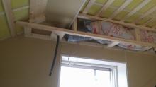 天井には梁型で吸排気ボックスをつくります。 防音室は気密性が高いので吸排気は必要です。