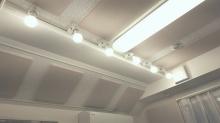 天井は吸音天井に仕上げています。 照明にもこだわりが光る素敵なお部屋です。