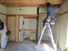 床と天井、押し入れなどを解体しています。