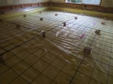 浮き床コンクリートの下地組みです。 断熱材を敷きつめ、防湿シートとワイヤーメッシュを張っています。