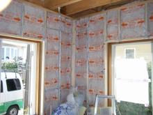 コンクリートが乾いた後、防音室側の下地を組みます。空気層には断熱材を敷き詰めています。