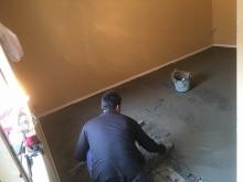 既設の床の状態が非常に悪かったので5cmのモルタルを打ちました。
