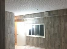 既設の勝手口の内側に木製防音ドアを設置し、腰窓も樹脂サッシの窓が入りました。