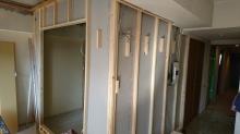 弊社の工事が始まりました。 防音室の間仕切りを造作しています。