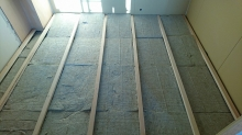 浮き床の下地組みです。 弊社の防音室はゴムで床を浮かせて宙に浮いたお部屋を造っていきます。