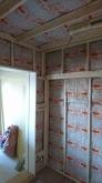 躯体と防音室の間の空気層に断熱材を詰めこみます。