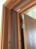 出入口は木製防音ドアを2重で設置しています。 躯体壁に1枚と防音室壁に1枚で取り付けます。