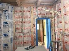 出入口には木製防音ドアを2重で設置します。