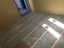 浮き床を作っています。 弊社の防音室はゴムで床を浮かせて躯体に触れないお部屋を中に作っていきます。
