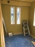 浮き床の上に下地を組み、空気層に断熱材を詰めて石膏ボードを張り重ねて第2の壁が完成です。
