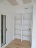 楽譜棚は可動式です。 玄関側のFIX窓ももちろん2重で設置しています。