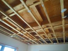 解体作業開始です。 弊社では天井高をできる限り確保するため解体できるものは解体し、お部屋を広く高く作っていきます。